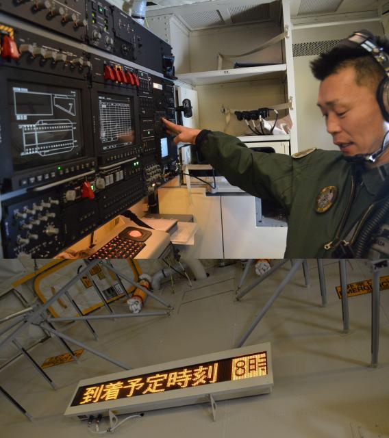 上はC2貨物室のカーゴマスター(貨物責任者)ステーション。貨物や燃料の状況を一覧できる装置がある。下はC2貨物室の電光掲示板。貨物責任者がメッセージを打ち込み、他の乗員に情報を伝える=1月31日午前