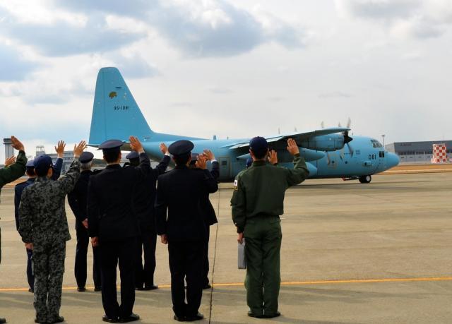 南スーダンに向け離陸するC130。国連平和維持活動(PKO)にあたる陸上自衛隊に物資を届けた=2012年1月26日、愛知県小牧市の航空自衛隊小牧基地
