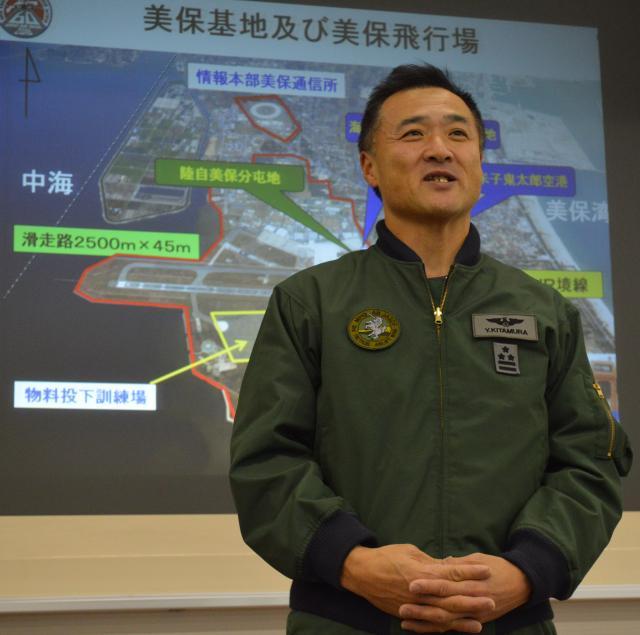 C2運用に向けた苦労を報道陣に語る航空自衛隊美保基地の北村靖二司令=1月30日午後、同基地