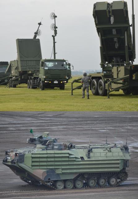 上は北朝鮮の弾道ミサイルの迎撃に備える訓練で航空自衛隊が展開した地対空誘導弾PAC3のランチャーやレーダーなど=2017年8月29日、東京都福生市の米軍横田基地。下は陸上自衛隊の演習で登場した水陸両用車AAV=同月27日、静岡県の陸自東富士演習場