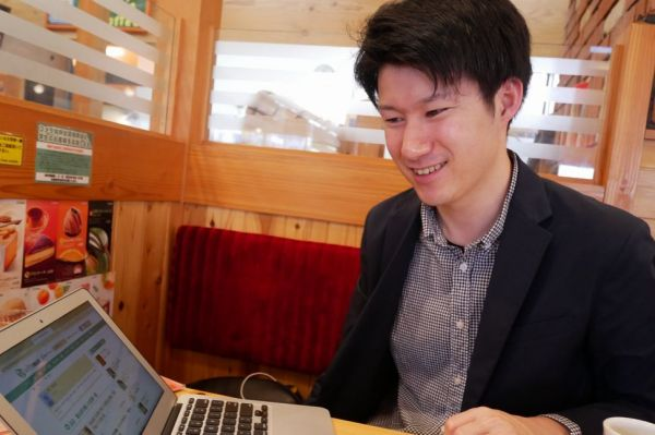 夜勤専門の派遣介護士として働きながら、ブログで月収100万円を稼ぐ深井竜次さん