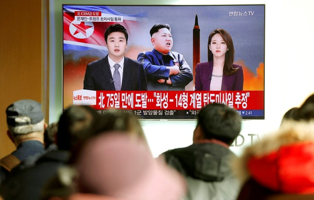 People watch a TV broadcasting a news report on North Korea firing what appeared to be an intercontinental ballistic missile (ICBM) that landed close to Japan, in Seoul, South Korea, November 29, 2017. Credit: Reuters/Kim Hong-Ji/Files