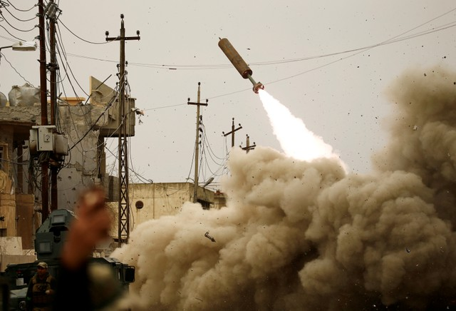 Iraqi rapid response members fire a missile against Islamic State militants during a battle with the militants in Mosul, Iraq, March 11, 2017. Credit: Reuters/Thaier Al-Sudani/Files