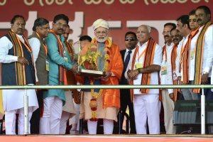 بنگلور میں ایک ریلی کے دوران وزیر اعظم نریندر مودی اور کرناٹک بی جے پی صدر وی ایس یدورپا اور دوسرے رہنما/(فائل فوٹو : پی ٹی آئی)