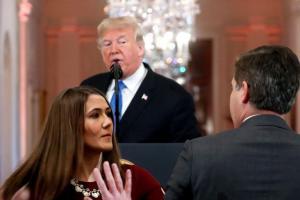 امریکی صدر ڈونالڈ ٹرمپ سے سی این این کے رپورٹر جم اکوسٹا کو سوال پوچھنے سے روکنے کی کوشش میں وہائٹ ہاؤس کا ان ٹرن۔ (فوٹو : رائٹرس)