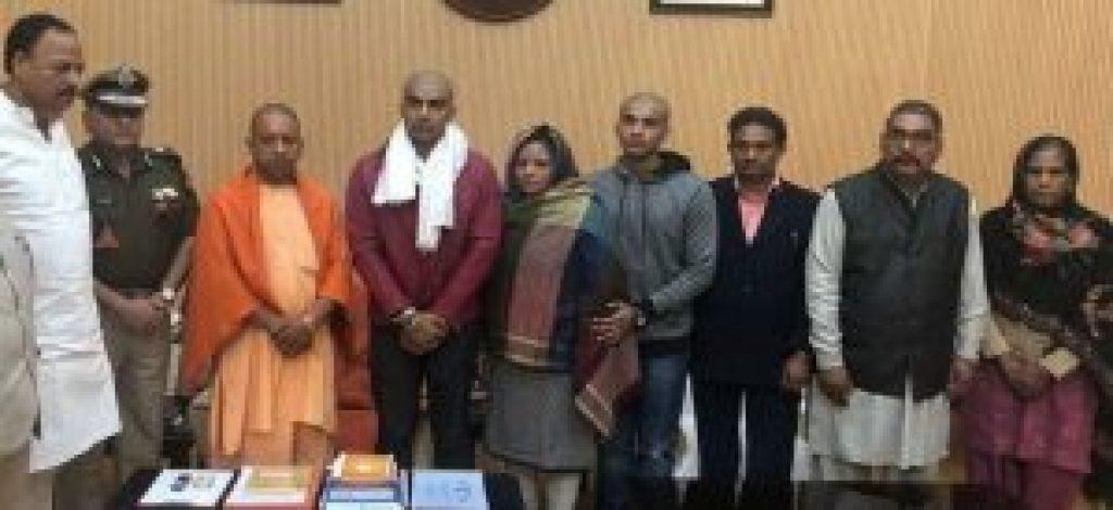 یوگی آدتیہ ناتھ اور سبودھ کمار سنگھ کے گھر والے(فوٹو: بہ شکریہ وزیر اعلیٰ دفتر)