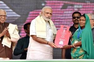 ایک مئی، 2016 کو وزیر اعظم نریندر مودی اتر پردیش کے بلیا میں اجولا یوجنا کے تحت لوگوں کو رسوئی گیس کنیکشن دیتے ہوئے۔ (فوٹو بہ شکریہ : پی آئی بی)