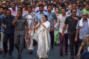سماجی مصلح ایشور چندر ودیاساگر کا مجسمہ توڑے جانے کی مخالفت میں مغربی بنگال کی وزیراعلیٰ ممتا بنرجی نے بدھ کو مارچ نکالا(فوٹو : پی ٹی آئی)