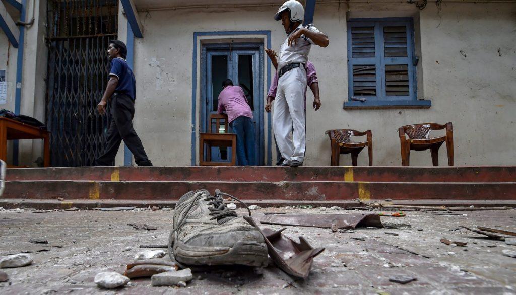 امت شاہ کے روڈ شو کے بعد ہوئی توڑپھوڑ اور تشدد (فوٹو : پی ٹی آئی)
