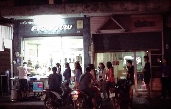 ภาพลูกค้าต่อคิว ซื้อขนมโอชิน ในคืนที่มีขาย เป็นภาพคุ้นตา