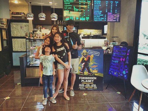 พีท ทองเจือและครอบครัว (ภาพ IG: galaxyyy_17)