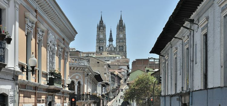 https://upload.wikimedia.org/wikipedia/commons/thumb/c/cc/Quito_calle_Venezuela_Basilica.jpg/1024px-Quito_calle_Venezuela_Basilica.jpg