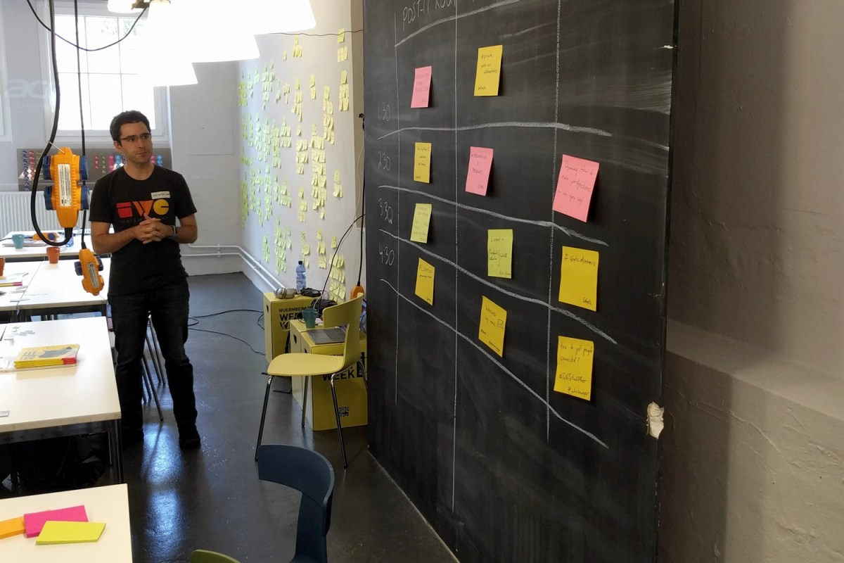 IndieWebCamp-Gründer Aaron Parecki bei der Session-Planung beim Indie Web Camp Nürnberg 2017, 20.5.17 (Foto: Dominic Grzbielok)