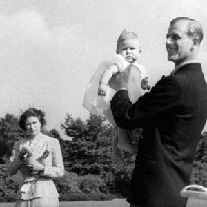 صورة تجمع الملكة اليزابيث الثانية بابنها الأكبر تشارلز