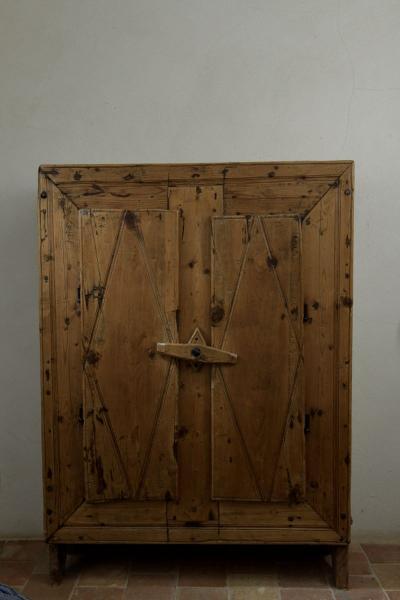 petite armoire en pin cembro ouvrant a