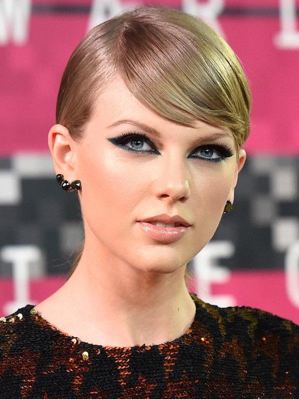 ClioMakeUp-trucco-bionda-occhi-azzurri-capell-rossetto-colore-migliore-taylor-swift-cat-eye