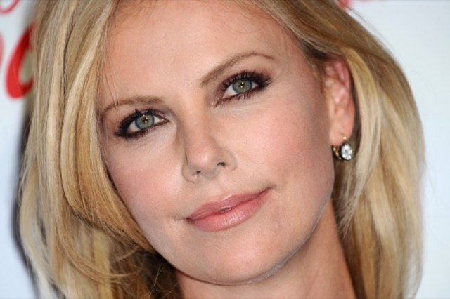 cliomakeup-chirurgia-estetica-no-star-celebs-contrarie-charlize-theron-1