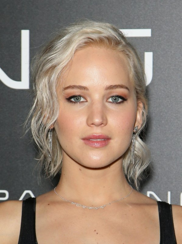 cliomakeup-Jennifer-Lawrence-Platinum-Blond-Hair-Spring-2016