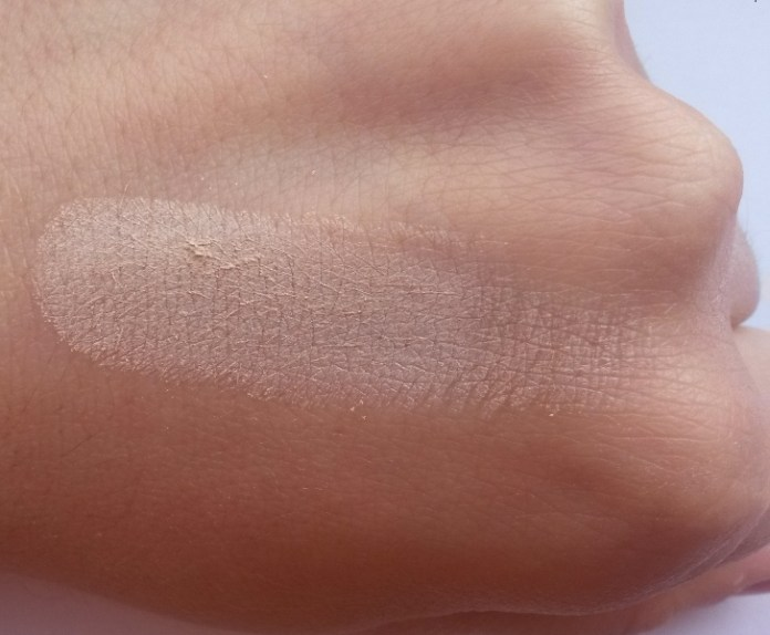ClioMakeUp-recensione-essence-pure-nude-powder-swatch-10
