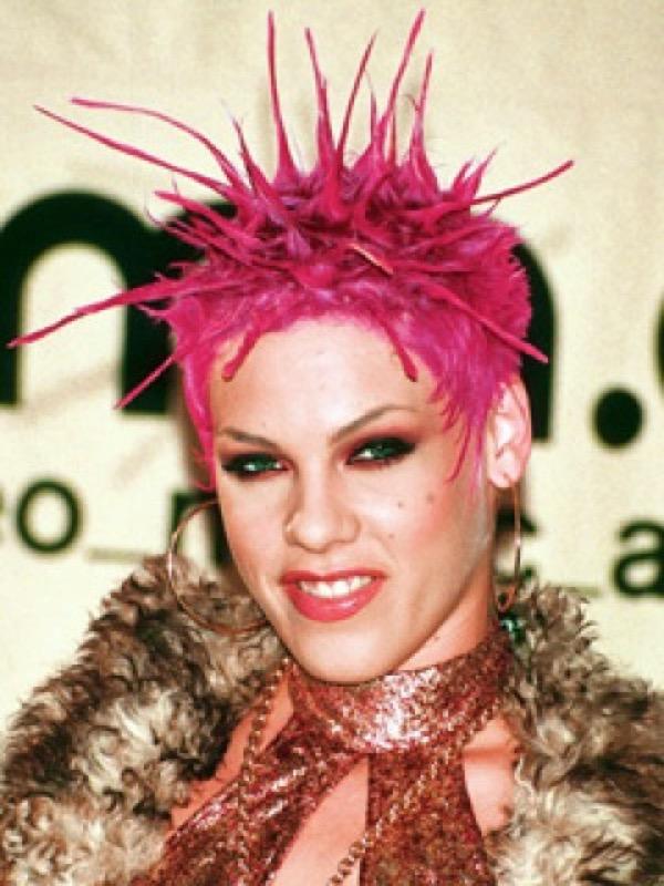 cliomakeup-capelli-orribili-acconciature-disastro-rovinano-trucco-makeup-capelli-rosa-pink