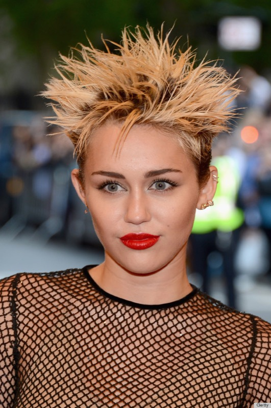 cliomakeup-capelli-orribili-acconciature-disastro-rovinano-trucco-makeup-miley-cyrus.jpg