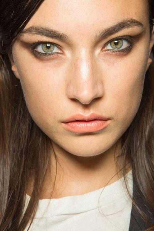 cliomakeup-cat-eye-trucco-occhi-look-copiare-modella-ombretto-marrone