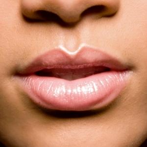 cliomakeup-pelle-luminosa-zone-viso-illuminante-bocca-arco-cupido-rihanna