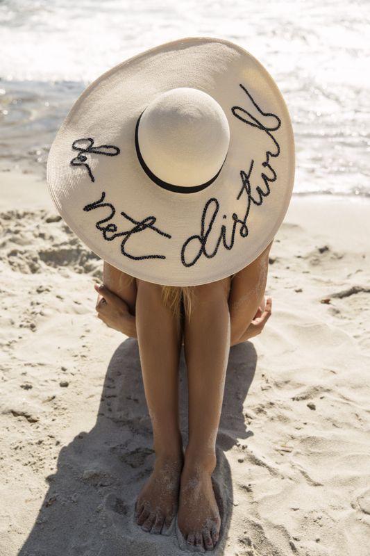 ClioMakeUp-beauty-routine-spiaggia-2-cappello