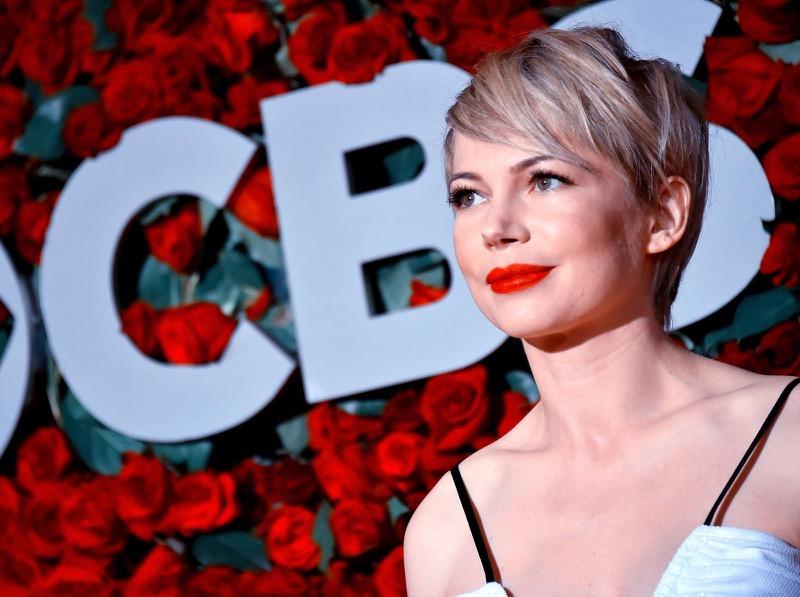 c43bc3f80dbe Invitate ad un matrimonio o a una festa  8 look da copiare dai Tony Awards!