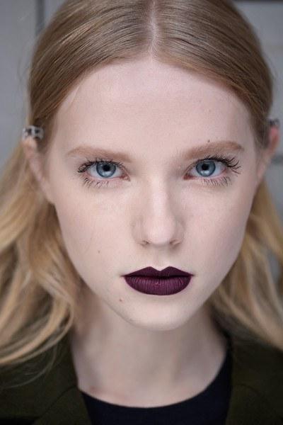 cliomakeup-matite-labbra-colorate-trasparenti-quando-usarle-rossetto-scuro