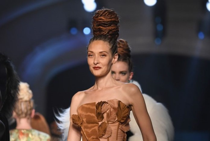 ClioMakeUp-alta-moda-Parigi-cat-eye-Dior-modelle-trucco-beauty-look-Jean-Paul-Gaultier-orange.jpg