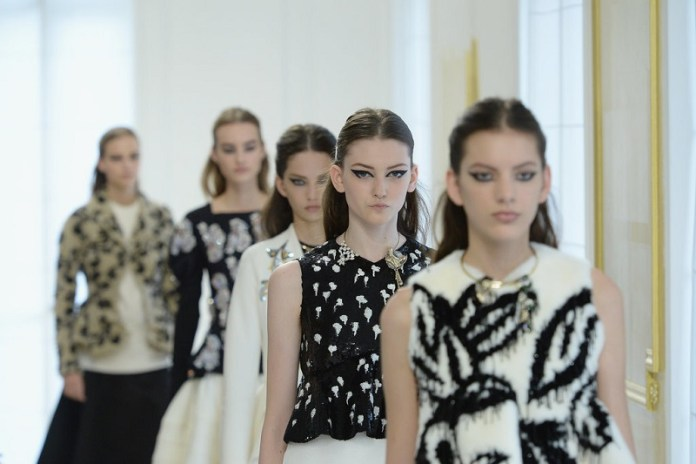 ClioMakeUp-alta-moda-Parigi-cat-eye-Dior-modelle-trucco-beauty-look-eye-liner-modelle-runway