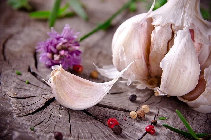 ClioMakeUp-brufoli-estate-caldo-sudore-cure-rimedi-trattamenti-aglio-sui-brufoli
