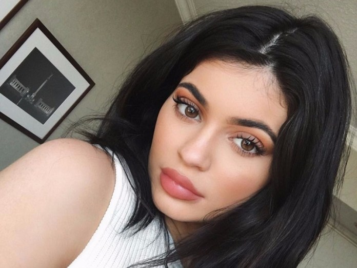 ClioMakeUp-kylie-Jenner-make-up-routine-mattino-18-step-base-look-copertina.jpg