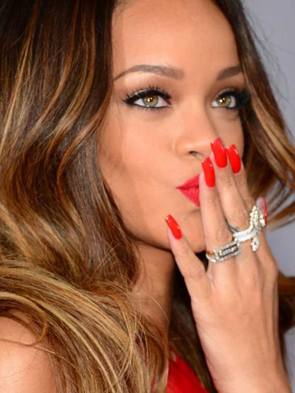 ClioMakeUp-unghie-lunghe-squadrate-trend-mani-Rihanna