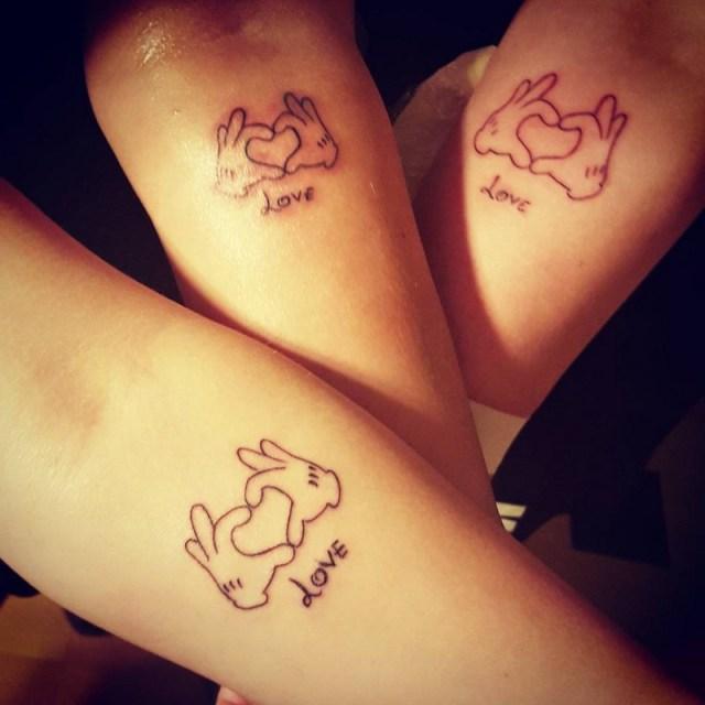 ClioMakeUp-tattoo-fare-con-mamma-per-sempre-abbraccio-cuori-mani