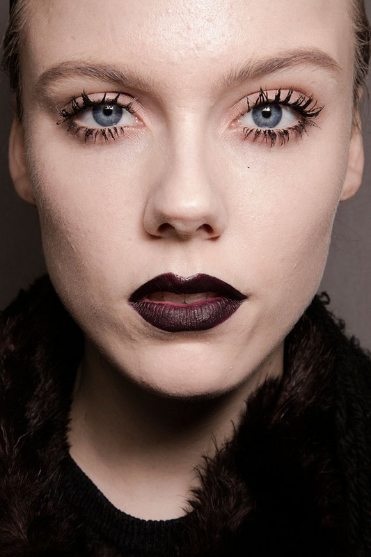ClioMakeUp-trend-labbra-autunno-inverno-tinte-scure-grigio-verde-due
