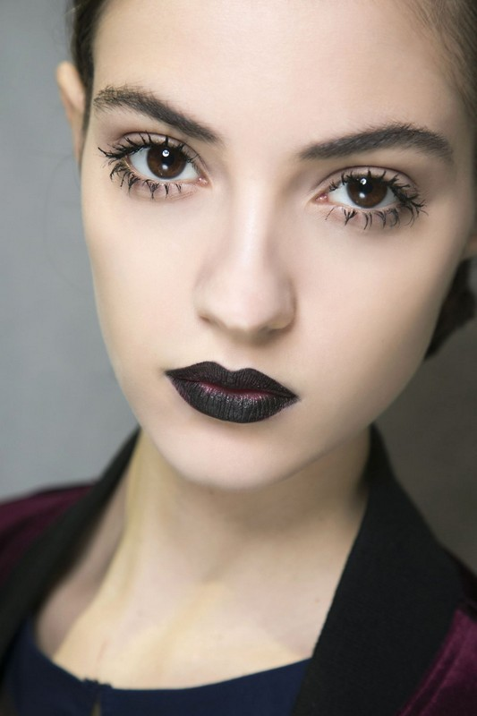 ClioMakeUp-trend-labbra-autunno-inverno-tinte-scure-grigio-verde