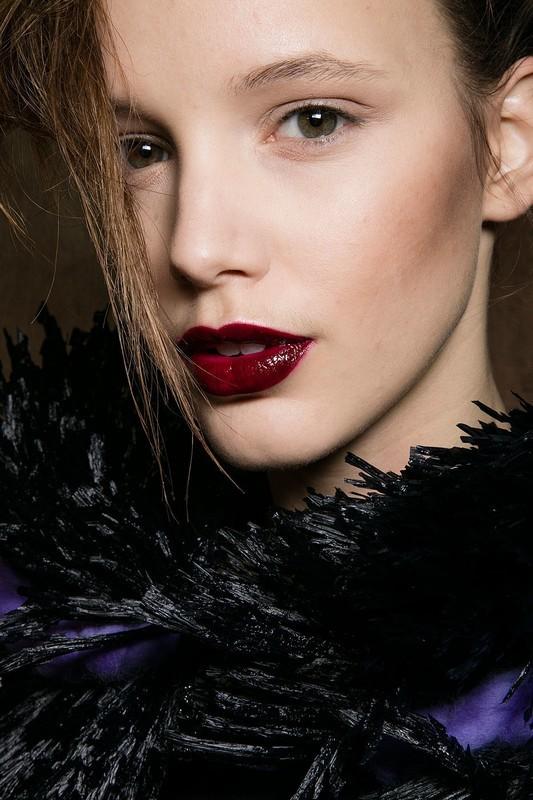 ClioMakeUp-trend-labbra-autunno-inverno-tinte-scure-rosso-lacca