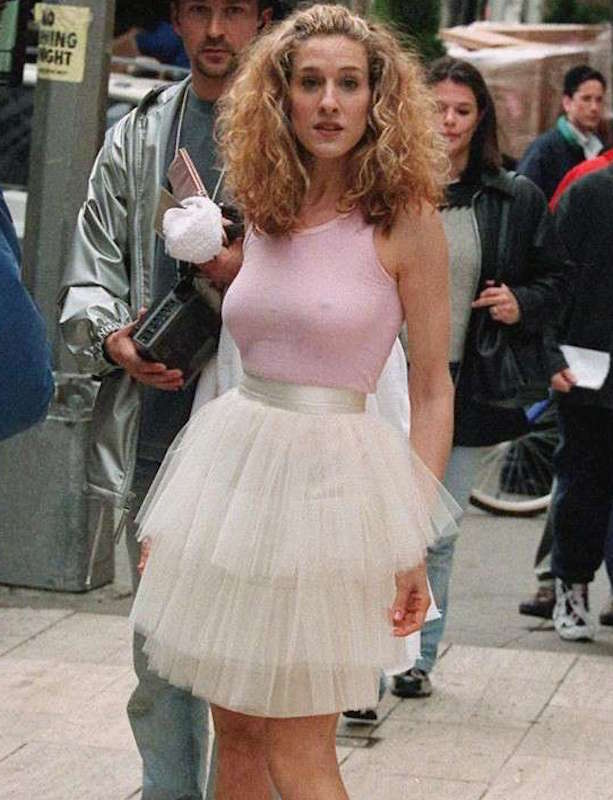 ClioMakeUp-braless-reggiseno-senza-Sex-and-the-City-Opening-Credits-carrie-bradshaw.jpg
