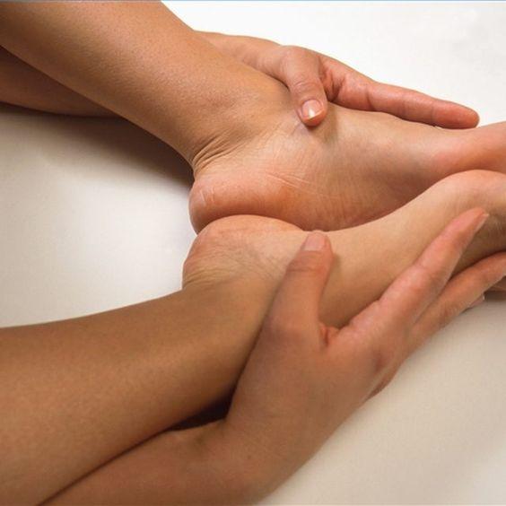 cliomakeup-caviglie-gonfie-13-massaggio