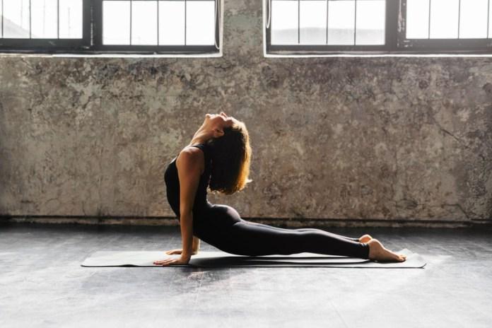 ClioMakeUp-yoga-benefici-stili-disciplina-celebrity-posizioni-13
