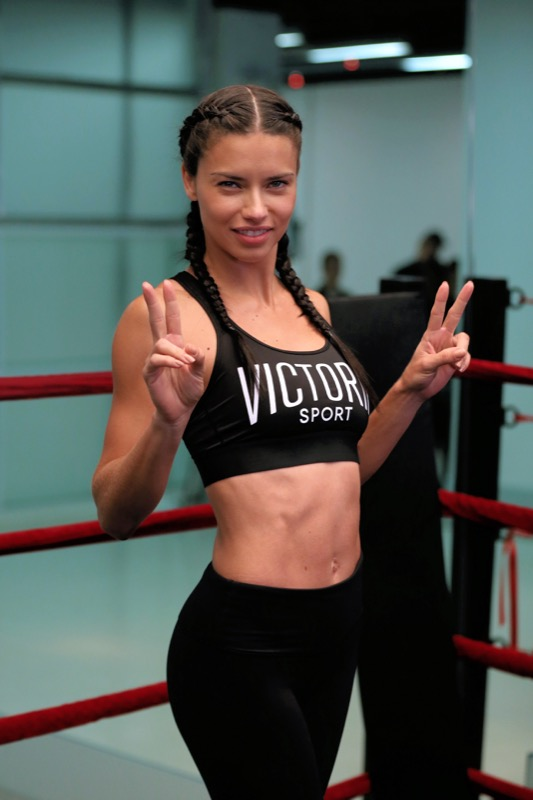 ClioMakeUp-esercizi-fitness-donna-kettleball-fitball-elastico-stretching-piegamenti-15