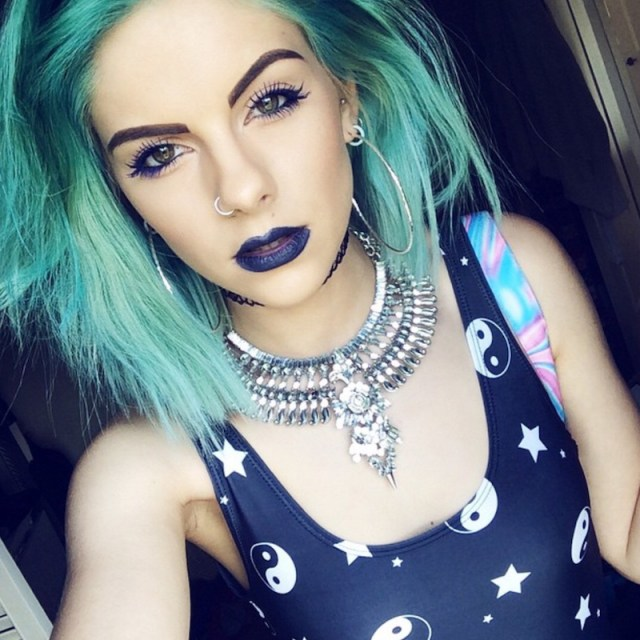 cliomakeup-abbinare-capelli-makeup-2-blu-verde