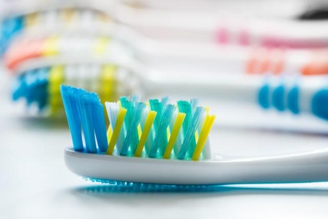 cliomakeup-denti-sani-e-bianchi-spazzolino-dentifricio-3