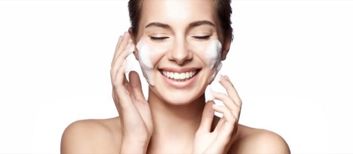 cliomakeup-rimedi-pelle-lucida-7-detergere-viso