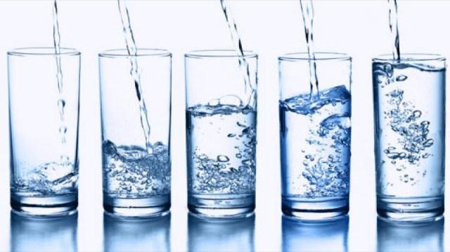 cliomakeup-bere-troppa-acqua-rischi-4-bicchieri
