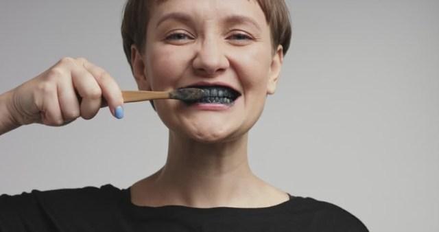 ClioMakeUp-dentifrici-neri-carbone-attivo-sbiancante--1