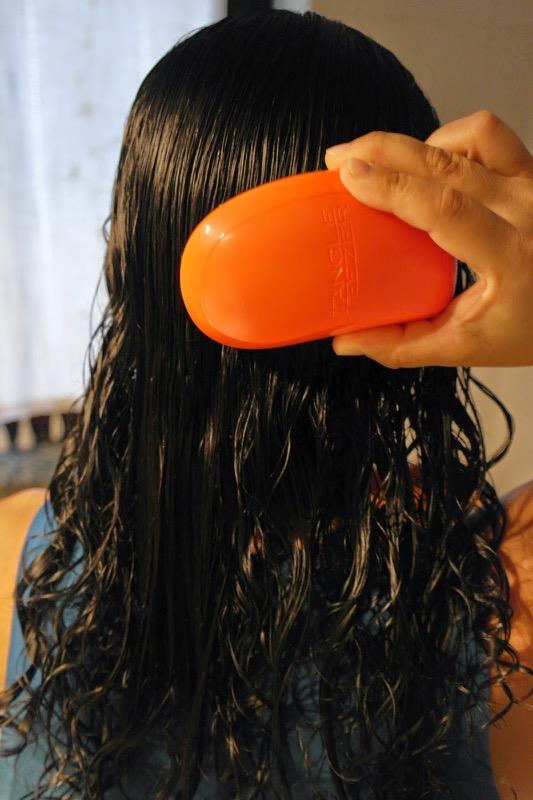 cliomakeup-capelli-ricci-errori-3-spazzolare-bagnati