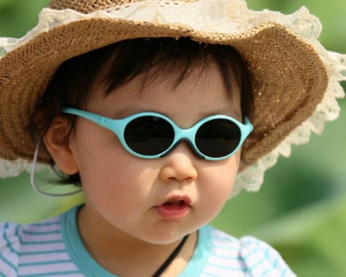 ClioMakeUp-regali-neomamme-18-bimbo-occhialini-cappellino-asiatico.jpg